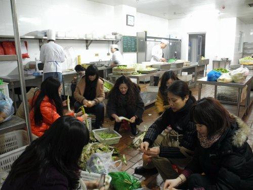 志愿者在厨房帮助择菜